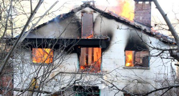 8 kişilik aile, alev topuna dönen evlerini gözyaşına boğularak izledi - 18 Aralık 2019 12:25
